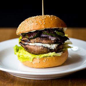 """Portobello Burger (V) """"svampe og gedeost i smagfuld forening"""""""